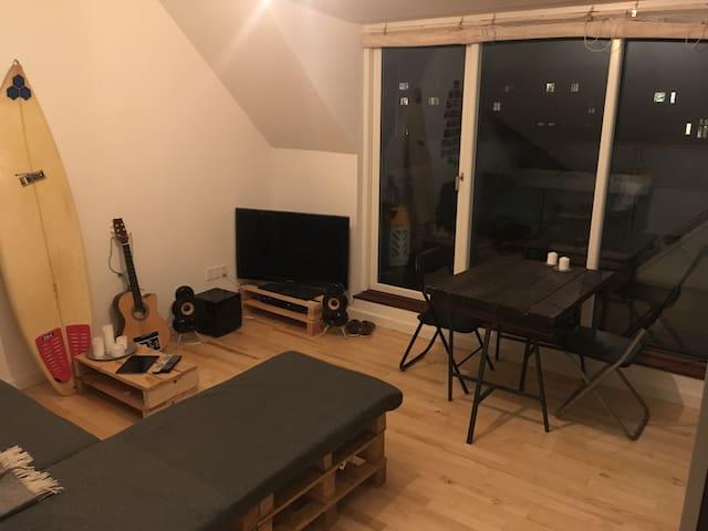 Hyggeligt værelse, tæt på det hele.