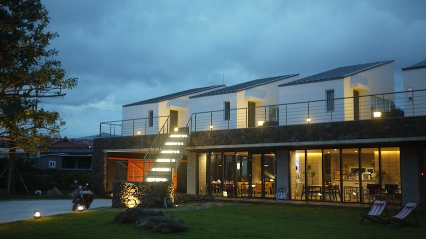 ★Up to 18 guests with 7 private units for family★ - Seogwipo-si - Гестхаус