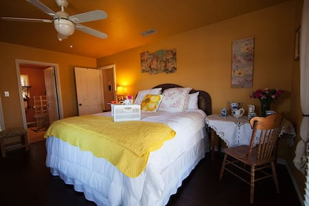 Blumen Haus B&B-- JASMINE ROOM - Fredericksburg - Bed & Breakfast