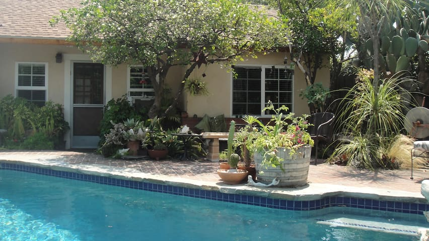 Poolside One Bedroom Backhouse - Pasadena - Casa