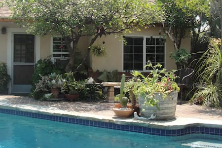Poolside One Bedroom Backhouse - Pasadena - Haus