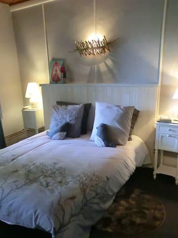 La chambre cosy avec lit Queen size