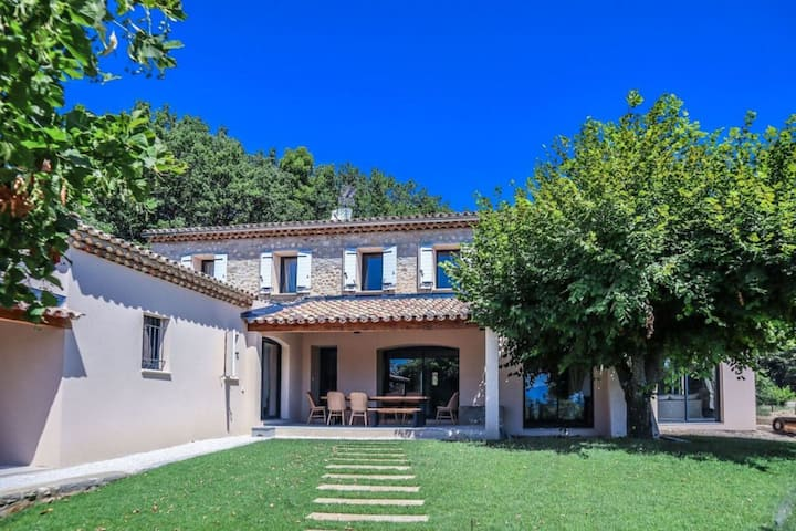 Wonderful Holiday Home in Vaison-la-Romaine with Pool