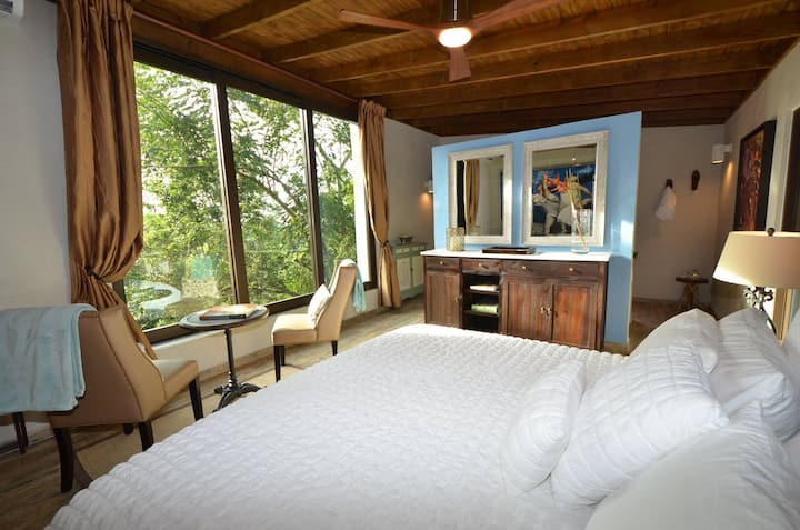 Mont Carpe Diem Boutique Inn. King bed Cabin.