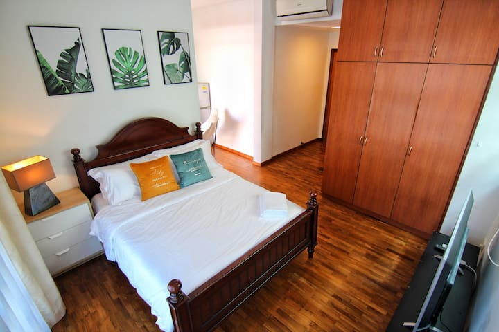 Comfy Private Suite 302 @ Landed Home @ City