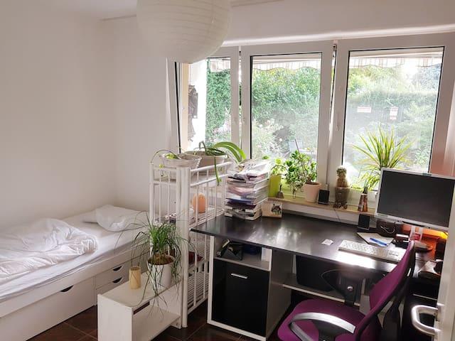 Helles ruhiges Zimmer mit Gartenblick zu vermieten