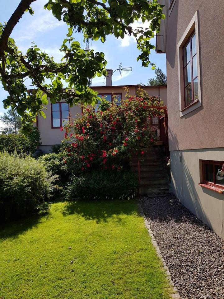 Fint gårdshus i vacker trädgård