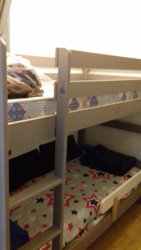 lit superposé dans petite pièce