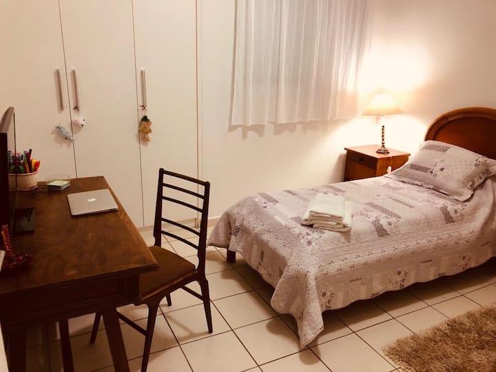 Quarto para hospedar, no centro de Araçatuba.