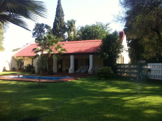 Jules Place.Cozy 3RD with Garden and Pool view - Bulawayo - บ้าน