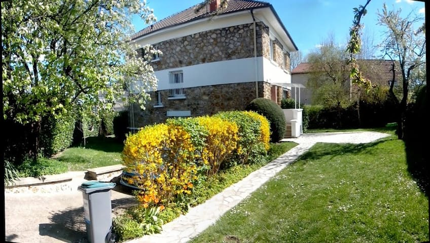 Big bedroom in a house with garden - Bagneux - Huis