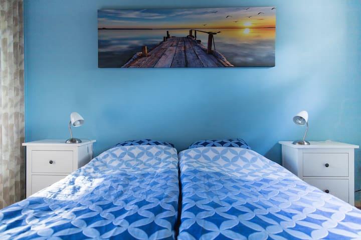 Slaapkamer beneden met een tweepersoonbed // Bedroom downstairs with a double bed