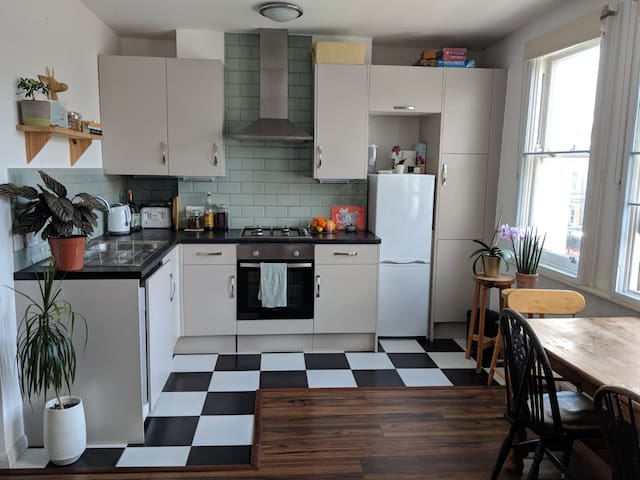 1 bed flat in trendy area 25min from city centre