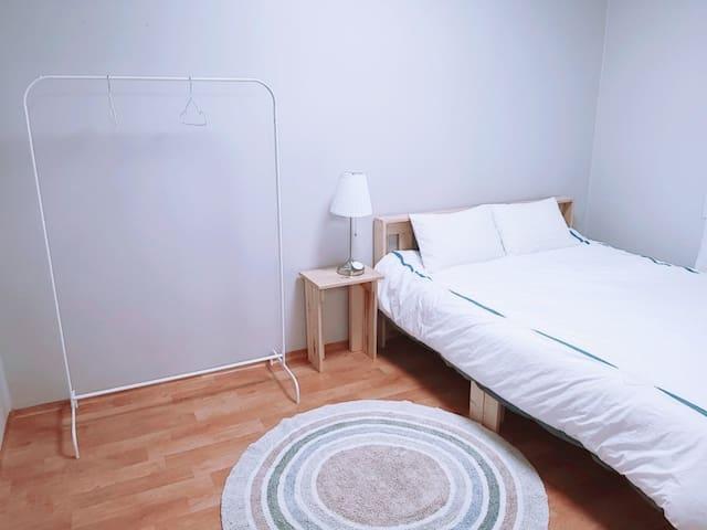 친환경 나무로 만든 침대방입니다. 편안한 잠자리를 제공합니다.