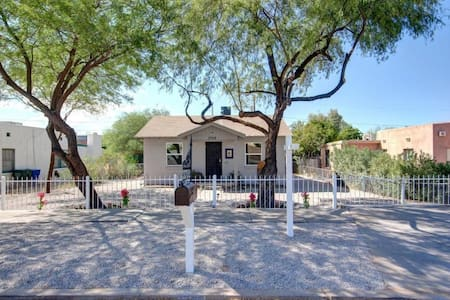 VIBRANT CASITA - cozy room close to Airport & I-10