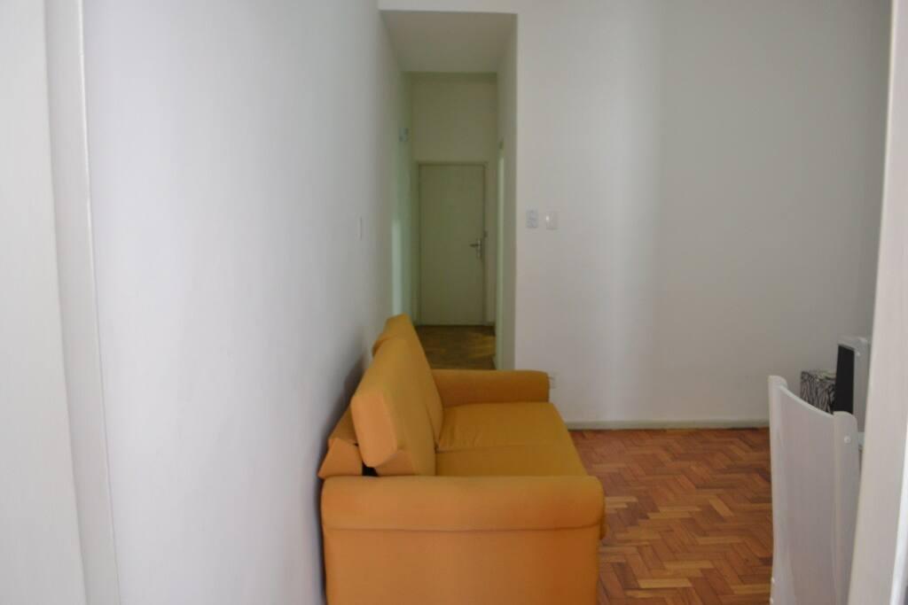 sofá-cama, que fica localizado na sala