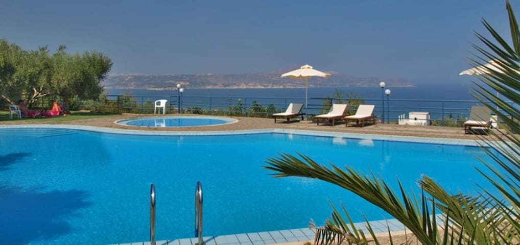 Apartments with pool,close to the beach & tavernas - Kalyves - Apartment