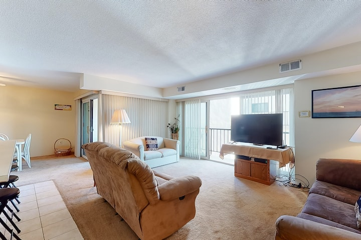 New listing! Adorable condo near the beach w/ furnished balcony & ocean view!