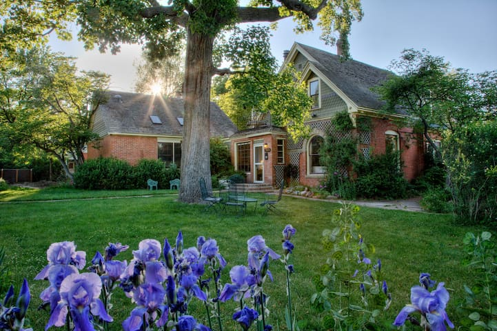 Crestone Room - Briar Rose Bed and Breakfast