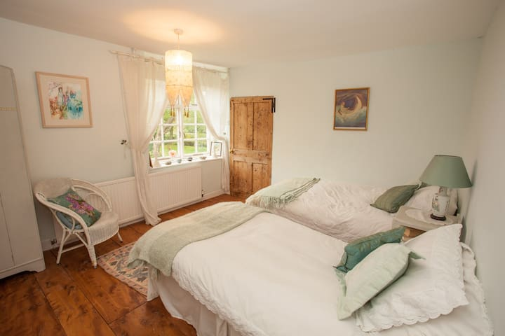 Twin bedded room in rural retreat - Bridgwater
