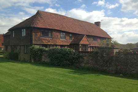 Charming Converted Surrey Barn  - Godalming - House