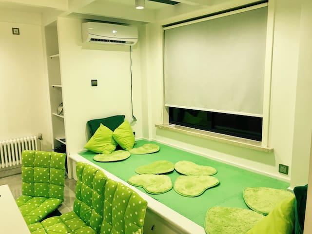 Single bed (Tatami) in living room客厅里靠窗的床塌