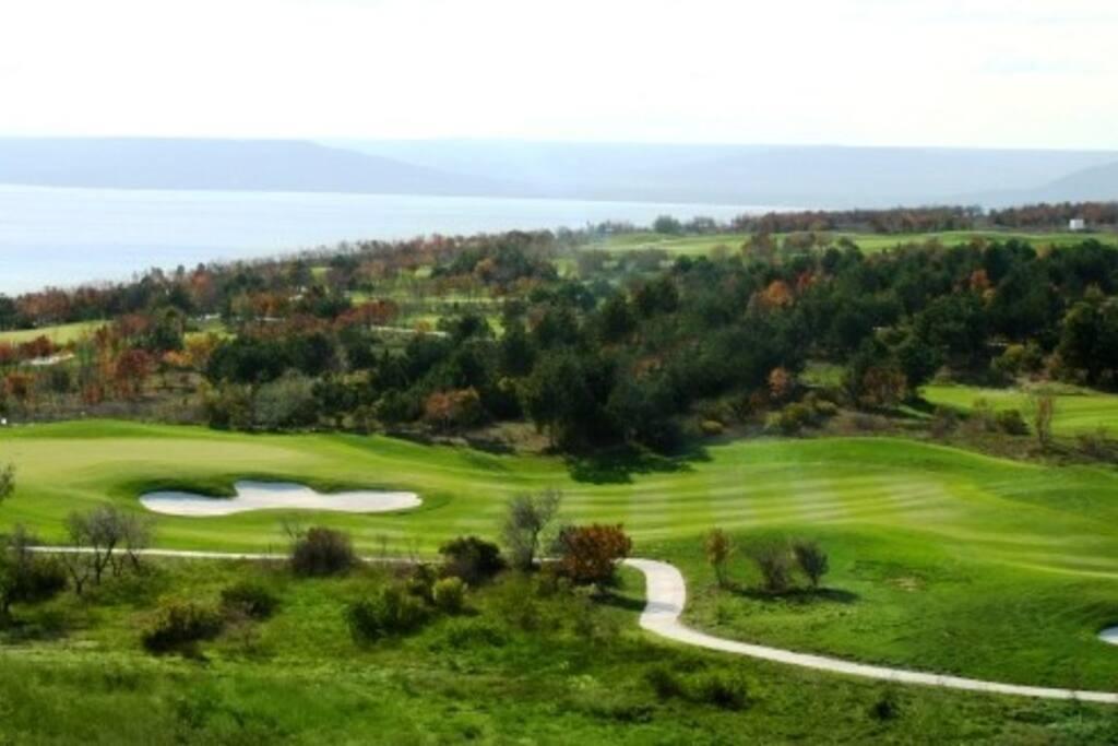 Pole golfowe Lighthouse z widokiem na Morze Czarne.