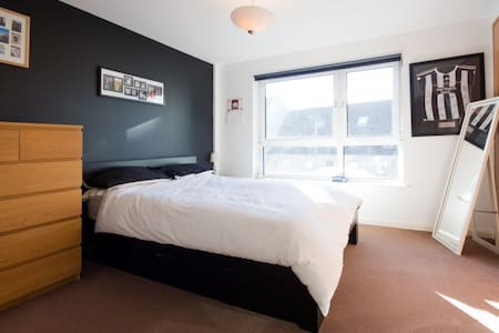 Large room in Leith with private en-suite bathroom - Edinburgh - Apartment