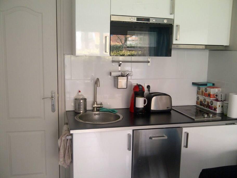 Cuisine avec lave vaisselle, frigo, micro-onde, four,  grille pain, bouilloire