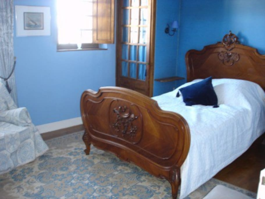 Blue room - 1 double bed, bathroom with a wash basin, bath and wc