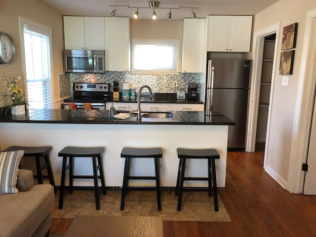 IslandLife 2 bedroom only 500 feet from the beach!