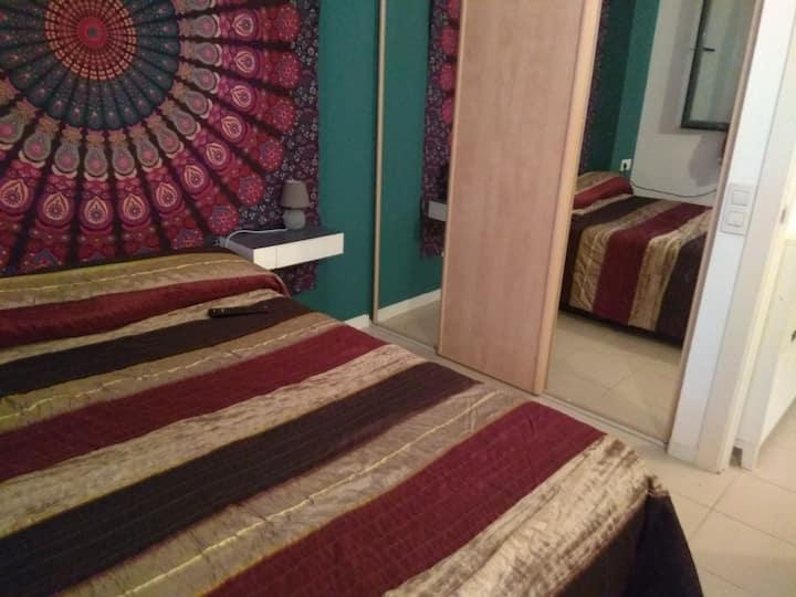 Habitación con cama de matrimonio y vestidor