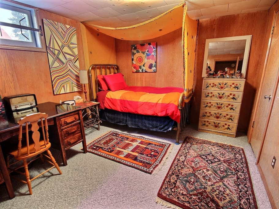 Room with double bed, walk in closet, wifi