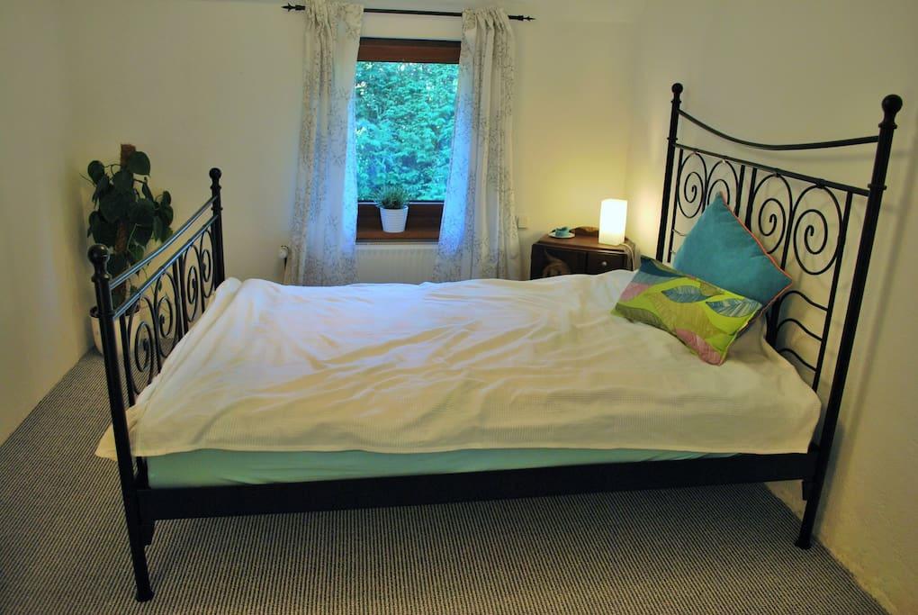 Kuscheliges Schlafzimmer mit Doppelbett