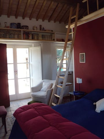 La camera con soppalco letto raggiungibile con scala a pioli