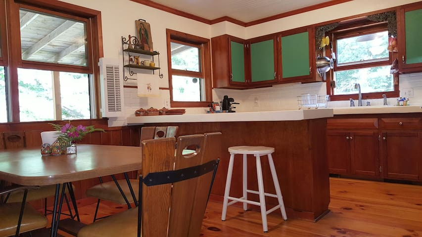 DELIGHTFUL CHARMING HEALTHY COTTAGE - Boone