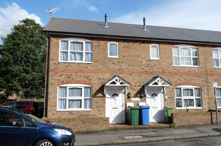 Comfortable 2-Bed House in Sittingbourne