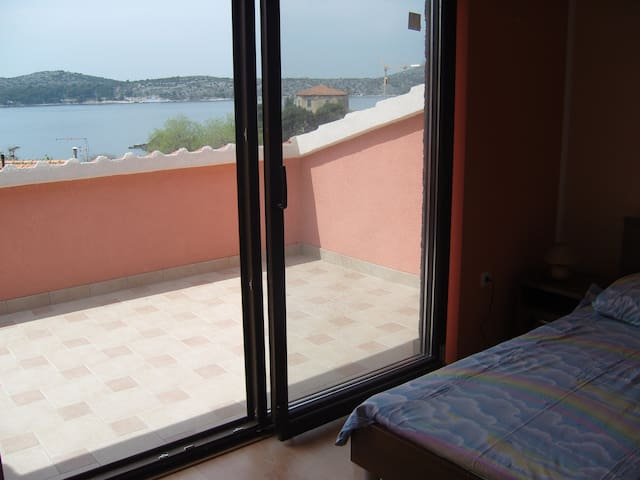 Room with sea view and parking - Šibenik - House