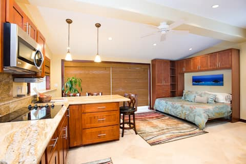 Spacious and recently renovated private studio in beautiful beachside community of Kailua!