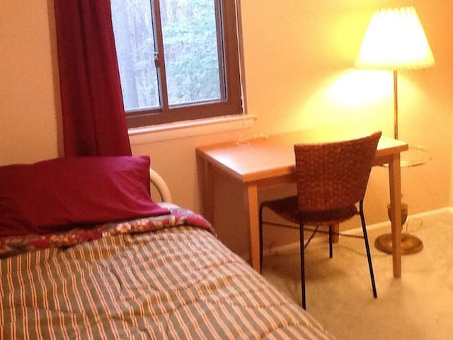 Sunny, cute room near Colleges - Clementon - Huis