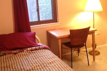 Sunny, cute room near Colleges - Ev