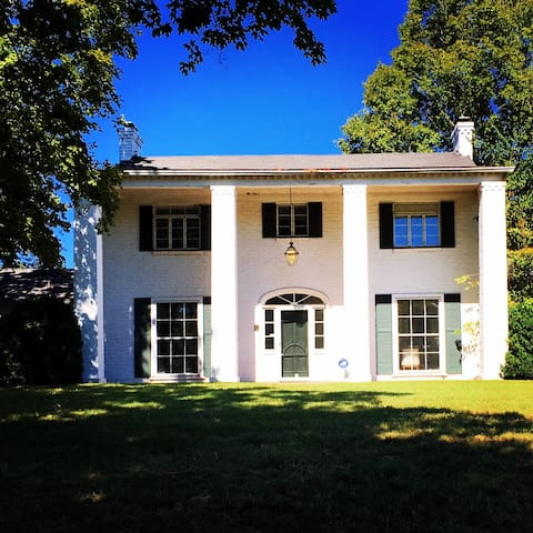 Historic Colonial on Lake Loudoun!