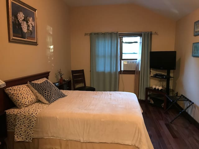 Guest room in large house near Laurel Lake