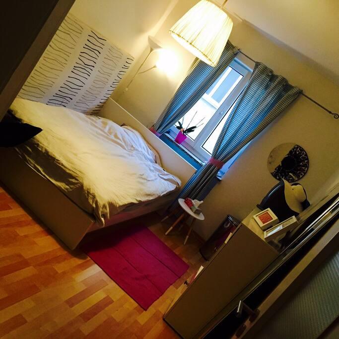 Schlafzimmer mit einem 1,40 x 2m Bett