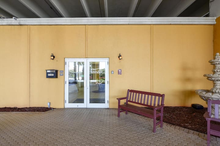 Amenity-Rental Office Entrance-KLH1590.JPG
