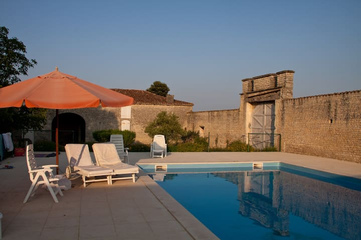 Historic Domain XV c. Renovated w/Heated Pool - Rouillac - Huis