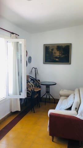 Sala al frente, con Sofa Cama.