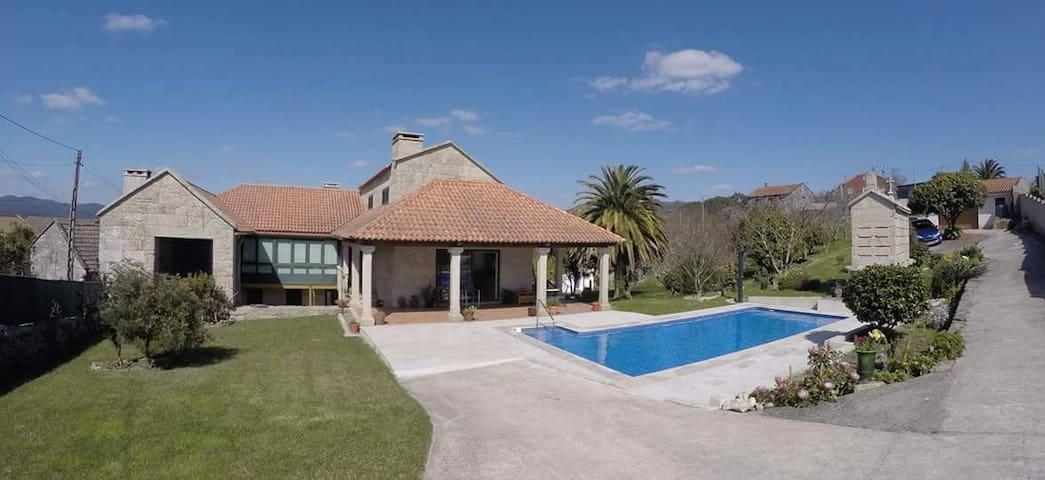 Preciosa casa de piedra con piscina y barbacoa