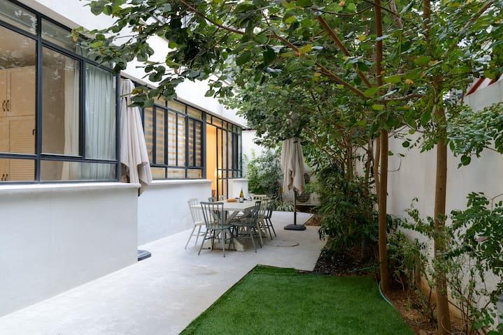 ⇶Luxurious Bauhaus garden Apt Central TLV 3BR⬱