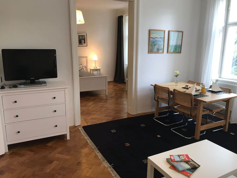 Wohnzimmer mit Blick ins Schlafzimmer I - living room with view to bedroom I
